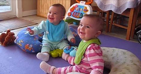 Le due gemelline sentono la voce del papà di ritorno a casa: la loro reazione è adorabile